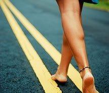裸足でジョギング